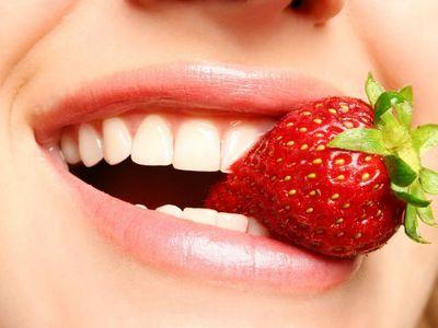 Клубничное отбеливание зубов